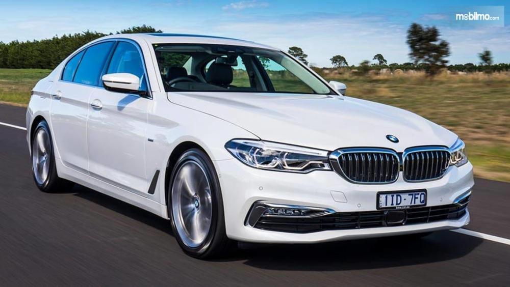 Gambar yang menunjukan mobil baru BMW 520d berwarna putih