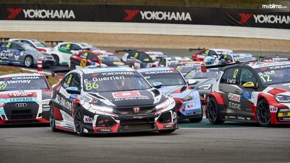 Gambar Honda Civic TCR sedang balapan