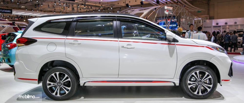 Foto Daihatsu Terios Custom tampak samping