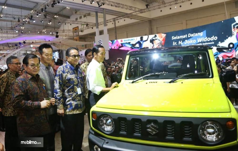 Foto saat Jokowi lihat Suzuki Jimny bersama Menperin