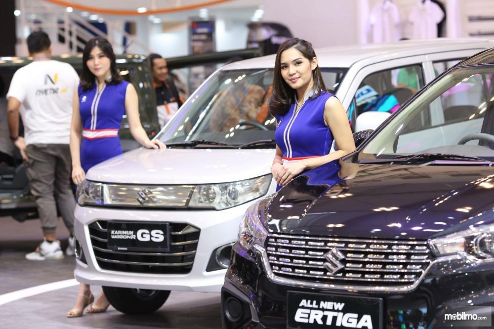 Dua SPG cantik berpose di booth Suzuki GIIAS 2018