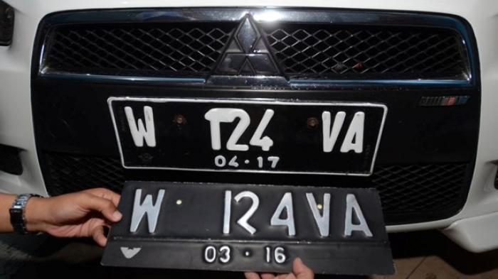 Gambar yang menunjukan mobil berwarna hitam dengan pelat nomor tiga angka