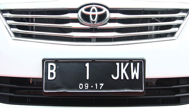 Gambar yang menunjukan mobil dengan pelat nomor kendaraan B 1 JKW