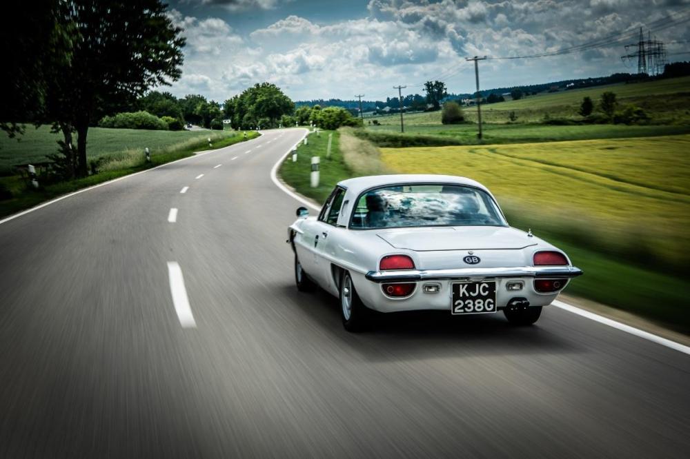 Gambar yang menunjukan bagian belakang mobil klasik Mazda Cosmo
