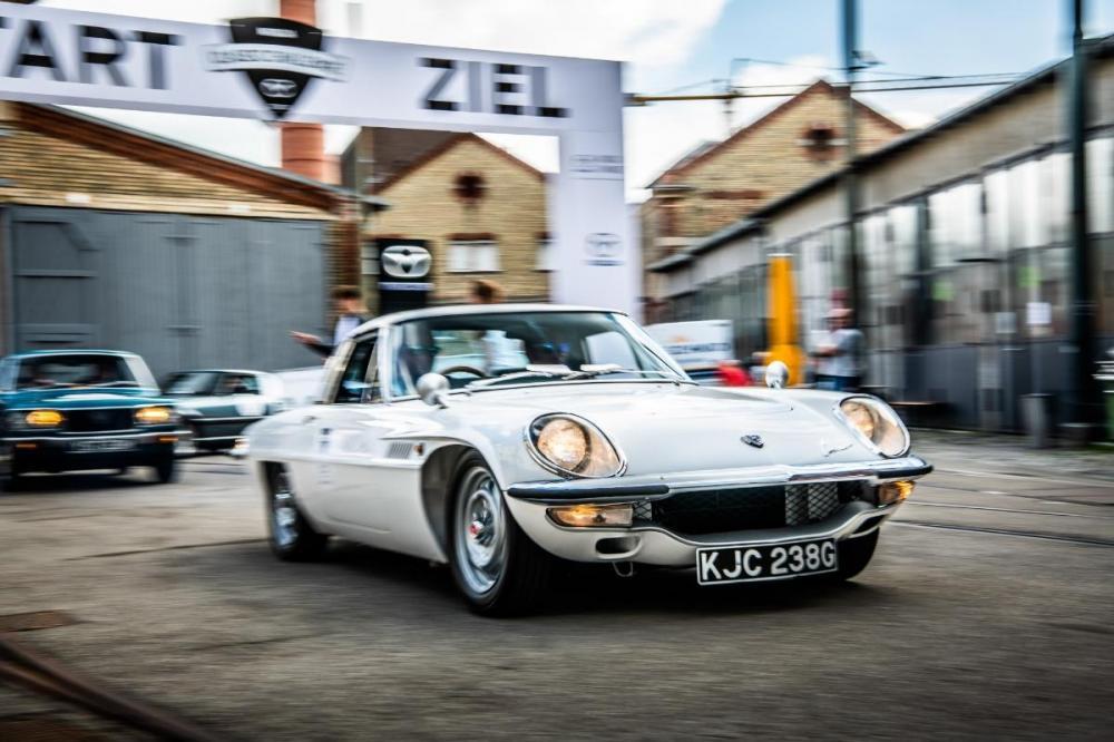 Gambar yang menunjukan bagian depan mobil klasik Mazda Cosmo