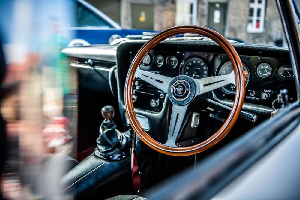 Gambar yang menunjukan bagian dalam dan kemudi Mazda Cosmo