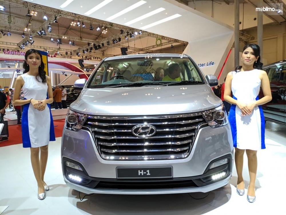 Dua model berpose bersama Hyundai H-1 di GIIAS 2018