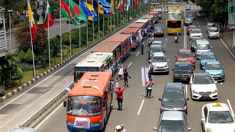 Gambar yang menunjukan kopaja dan metromini yang ada di jalanan kota Jakarta