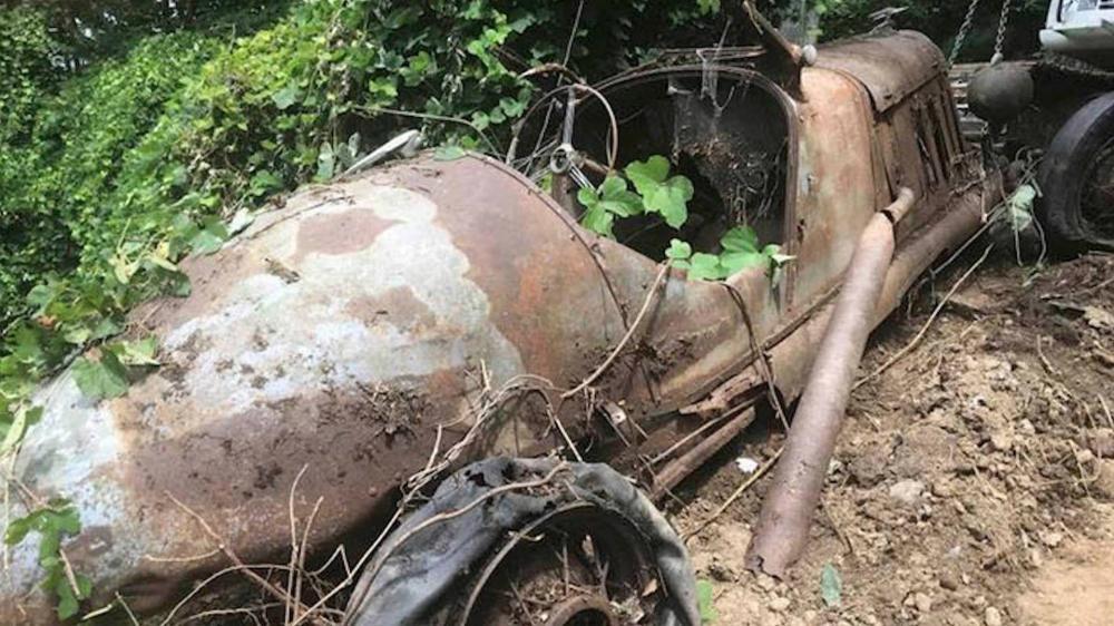 Gambar yang menunjukan mobil klasik yang ditemukan dalam tanah