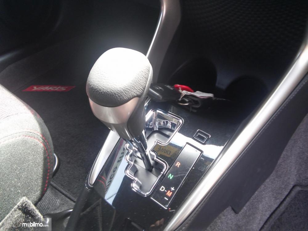 Tampak tuas transmisi Toyota Yaris TRD Sportivo 2018 berlapis krom