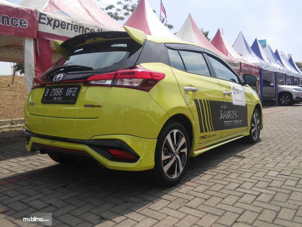 Terlihat tampak belakang Toyota Yaris TRD Sportivo 2018 berwarna citrus mica metalic