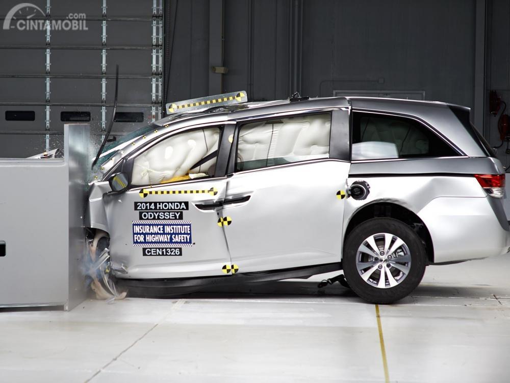 Gambar yang menunjukan mobil lama Honda Odyssey 2014 yang sedang uji tabrakan depan dari IIHS