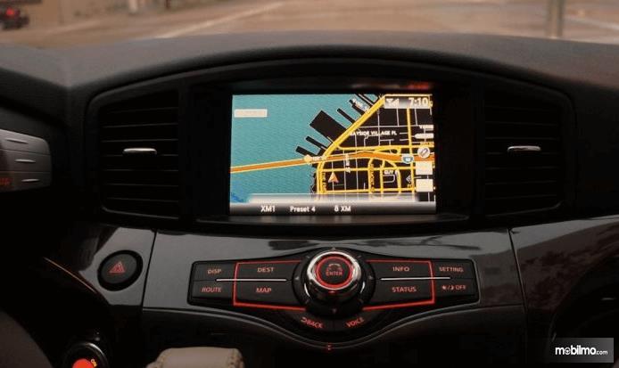 Gambar ini menunjukkan GPS pada Mobil yang terletak di bagian dashboard