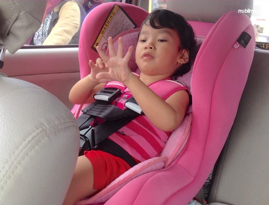 Gambar anak pakai sabuk pengaman dalam mobil