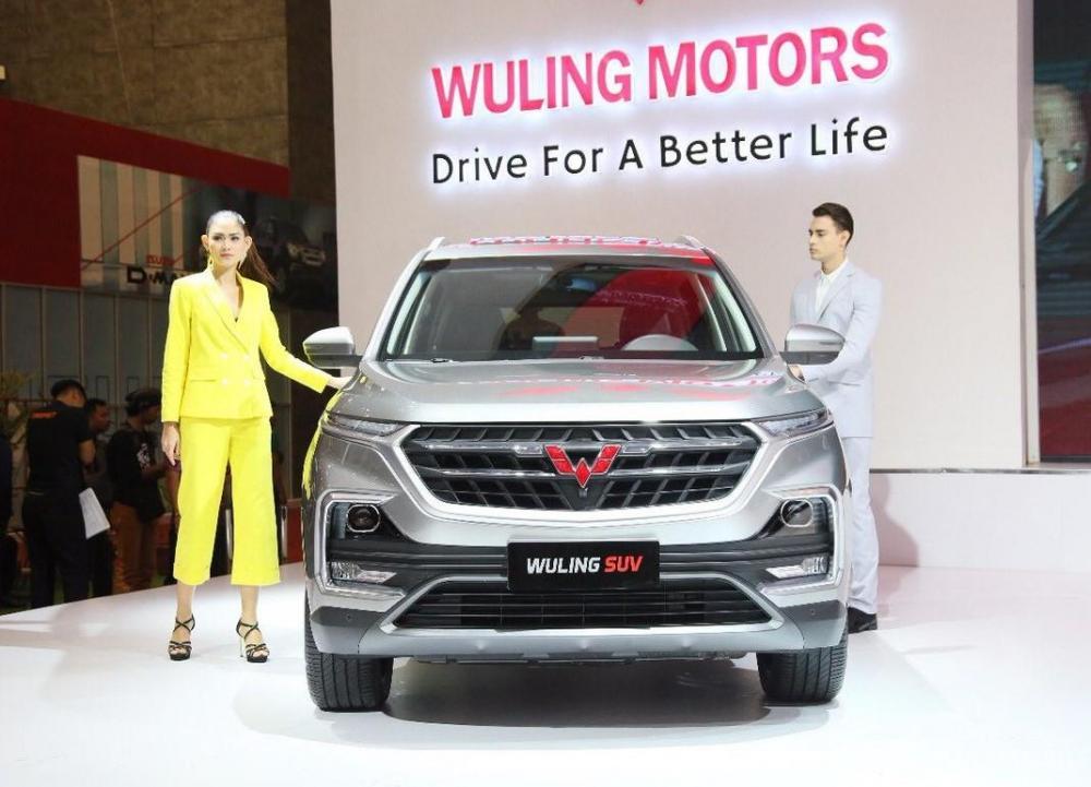 Dua orang model berpose bersama Wuling SUV di GIIAS 2018