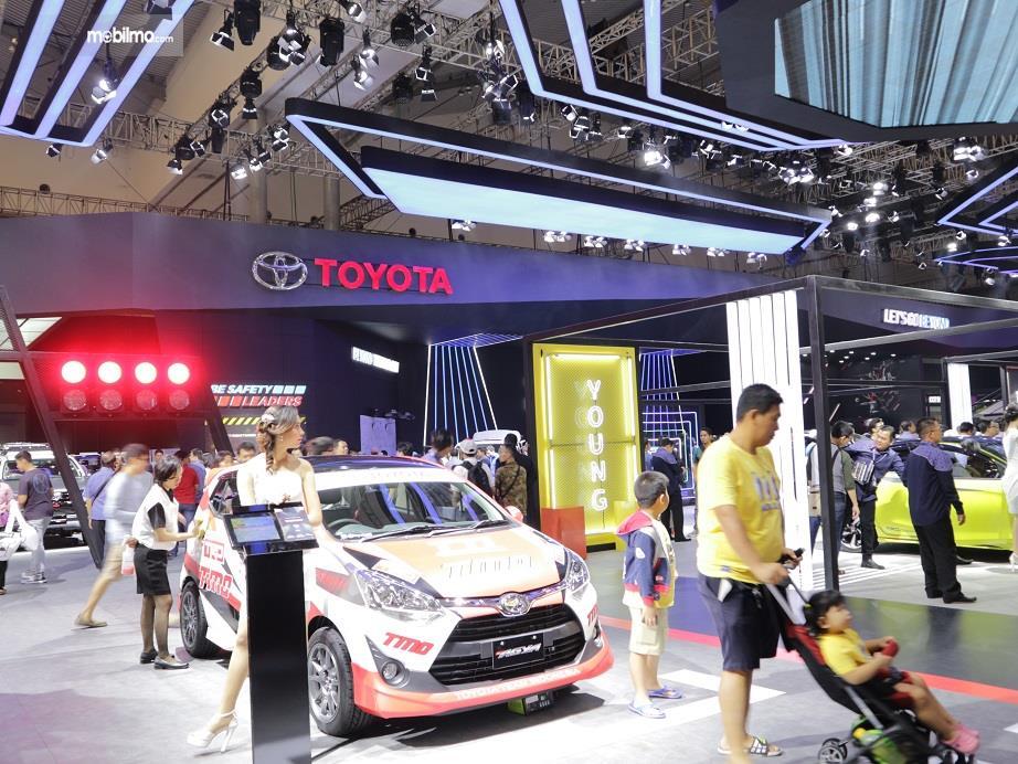 keramaian booth Toyota saat ajang GIIAS 2018 berlangsung