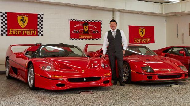 Gambar yang menunjukan pemilik Ferrari dengan mobil spesial edition miliknya