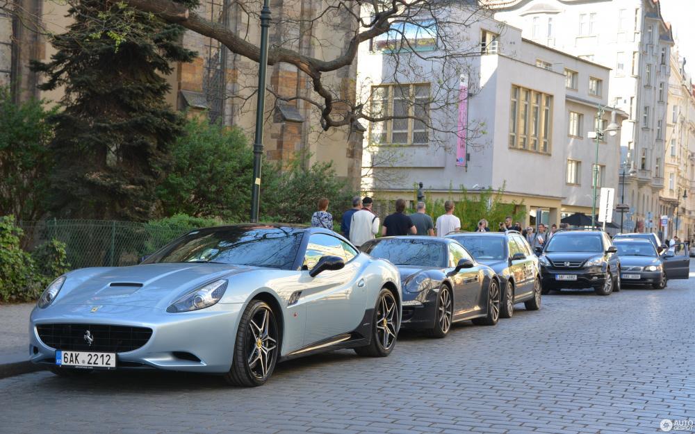 Gambar yang menunjukan mobil baru Ferrari California Bi-Colored Special Edition
