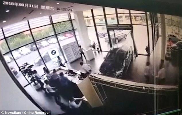 Gambar yang menunjukan rekaman CCTV dari pengemudi BMW X1 yang menabrak diler mobil