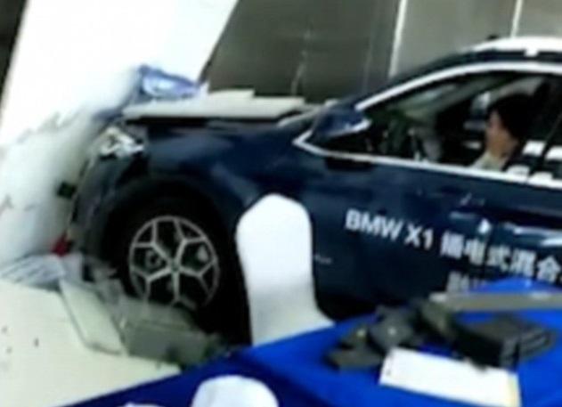 Gambar yang menunjukan bagian depan BMW X1 yang menabrak dinding diler