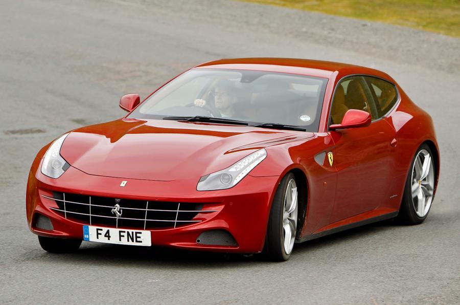 Gambar yang menunjukan mobil reguler Ferrari FF berwarna merah