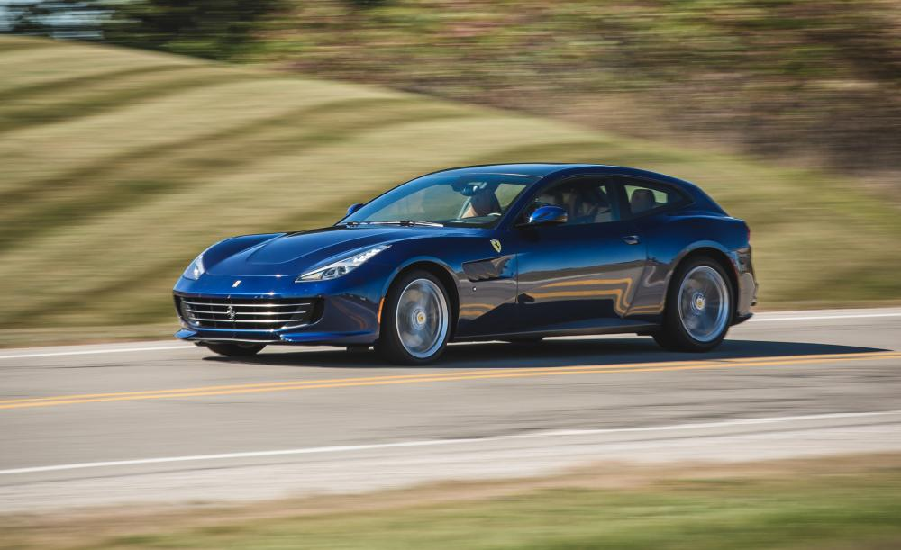 Gambar yang menunjukan mobil grand touring Ferrari GTC4Lusso berwarna biru