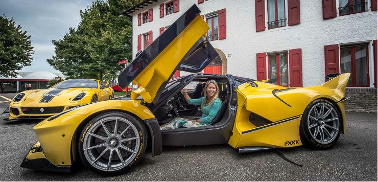 Gambar yang menunjukan mobil Ferrari FXX yang sedang ditunggani wanita