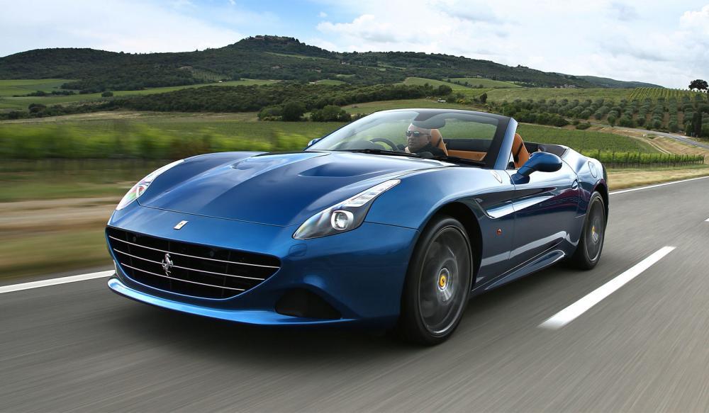 Gambar yang menunjukan mobil Ferrari 'reguler' dari Ferrari California berwarna biru