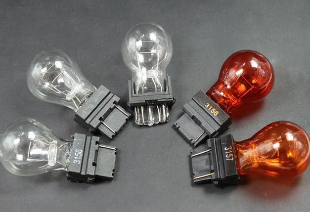 Gambar ini menunjukkan 5 buah bohlamp lampu dengan 3 warna bening dan 2 warna merah