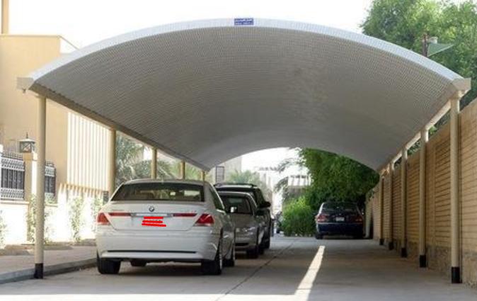 Gambar ini menunjukkan beberapa Mobil sedang terparkir di bawah atap