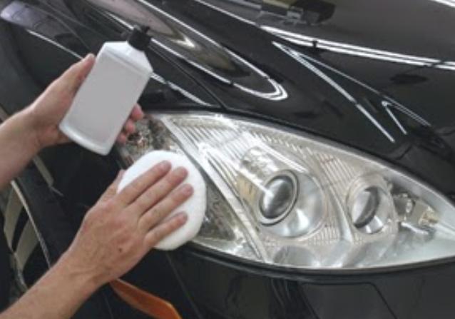 Gambar ini menunjukkan 2 buah tangan yang satu menggosok mika lampu dan yang satu memegang botol