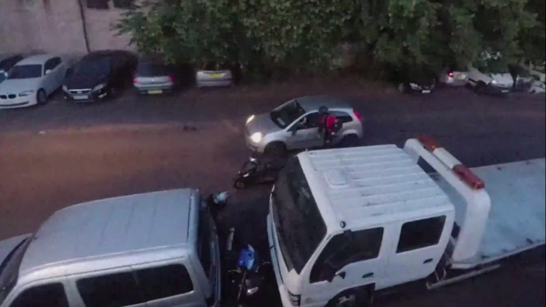 Gambar yang menunjukan pencuri motor yang dihadang oleh pengemudi mobil di London