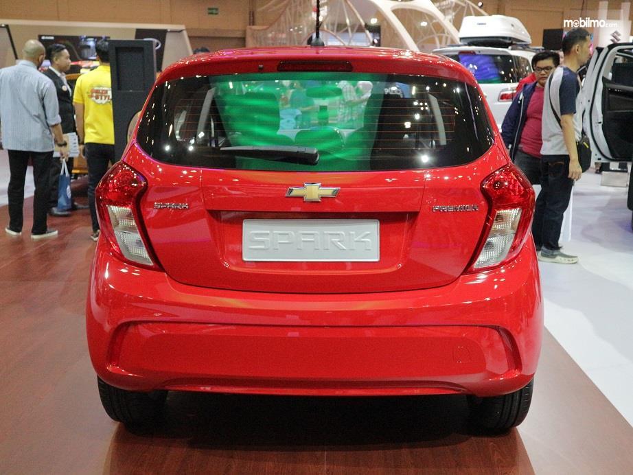 bagian belakang Chevrolet Spark 2018 dengan rear combination stop lamp mengkurva dan rear defogger di kaca belakang
