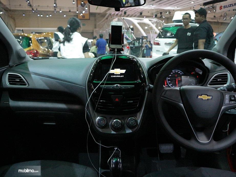 bagian dashboard dan setir Chevrolet Spark 2018 dengan desain warna hitam dan sentuhan ice blue ambient lighting