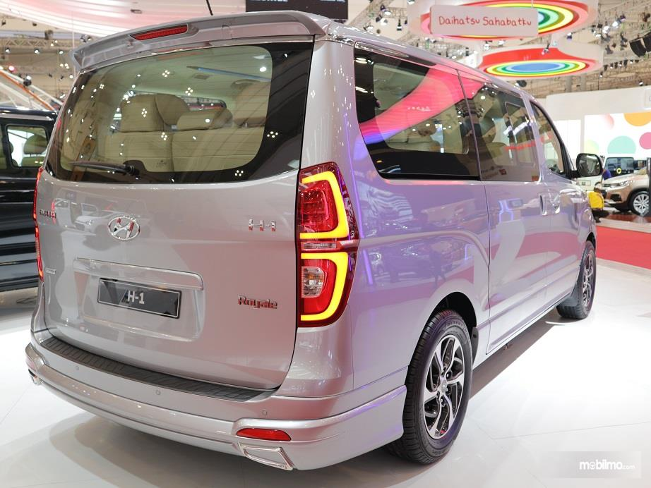 bagian belakang Hyundai H-1 2018 dengan stop lamp futuristik dan bemper belakang yang diberi bumper kit