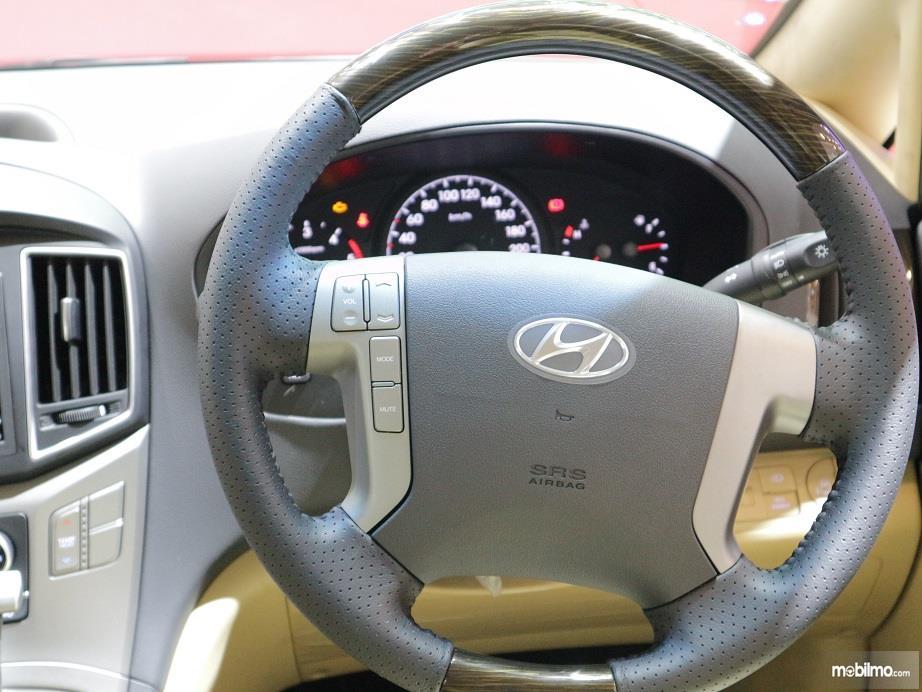 bagian setir Hyundai H-1 2018 yang dilengkapi dengan audio steering switch dan cruise control
