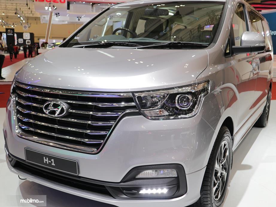 bagian depan Hyundai H-1 2018 dengan gril berdesain lis krom horizontal sejajar dan LED DRL sebagai pelengkap penerangan