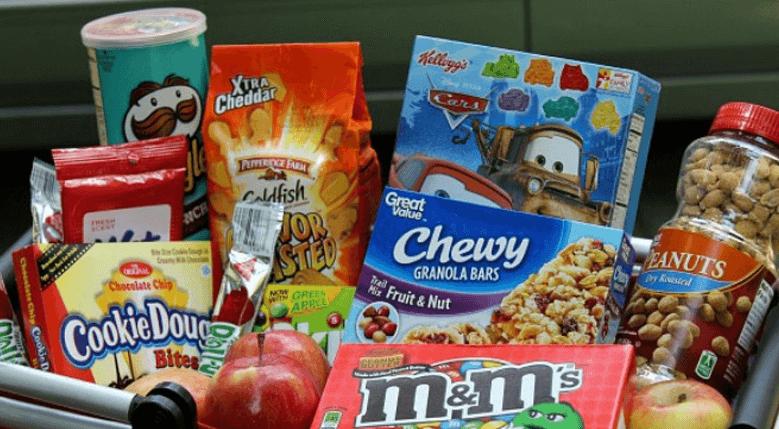 Gambar ini menunjukkan beberapa makanan ringan yang berada di dalam Mobil