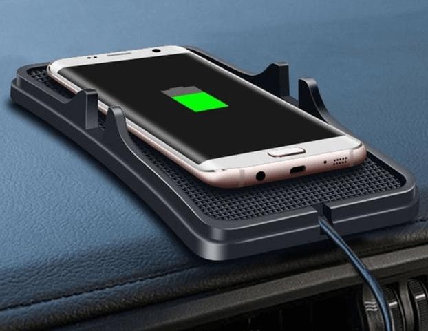 Gambar ini menunjukkan sebuah ponsel sedang dilakukan pengecasan dan terdapat gambar baterai hijau pada layar