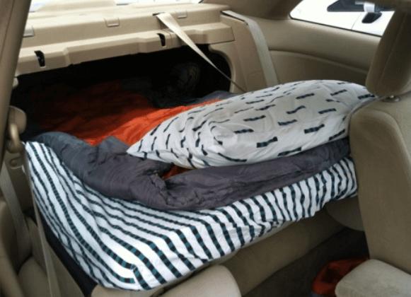 Gambar ini menunjukkan sebuah bantal dan kasur yang diletakkan di dalam Mobil