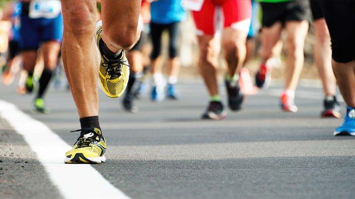 Gambar yang menunjukan kaki pelari marathon yang sedang mengikuti pertandingan