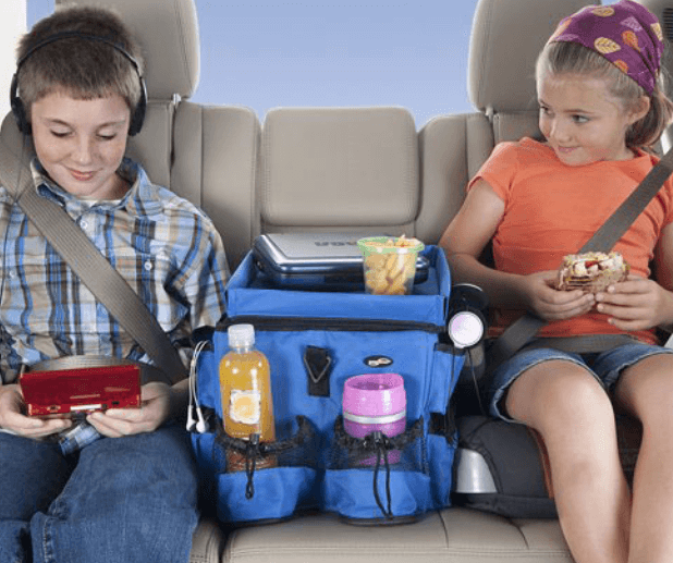 Gambar ini menunjukkan 2 orang anak dan beberapa makanan disampingnya