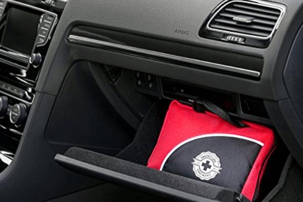 Gambar ini menunjukkan tas p3k diletakkan di dashboard Mobil