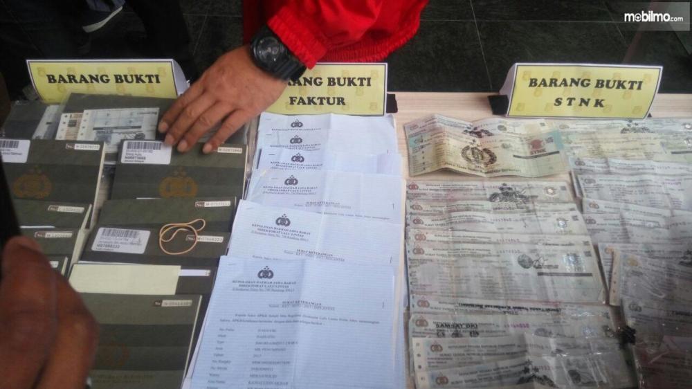 Gambar dokumen kendaraan palsu untuk kejahatan
