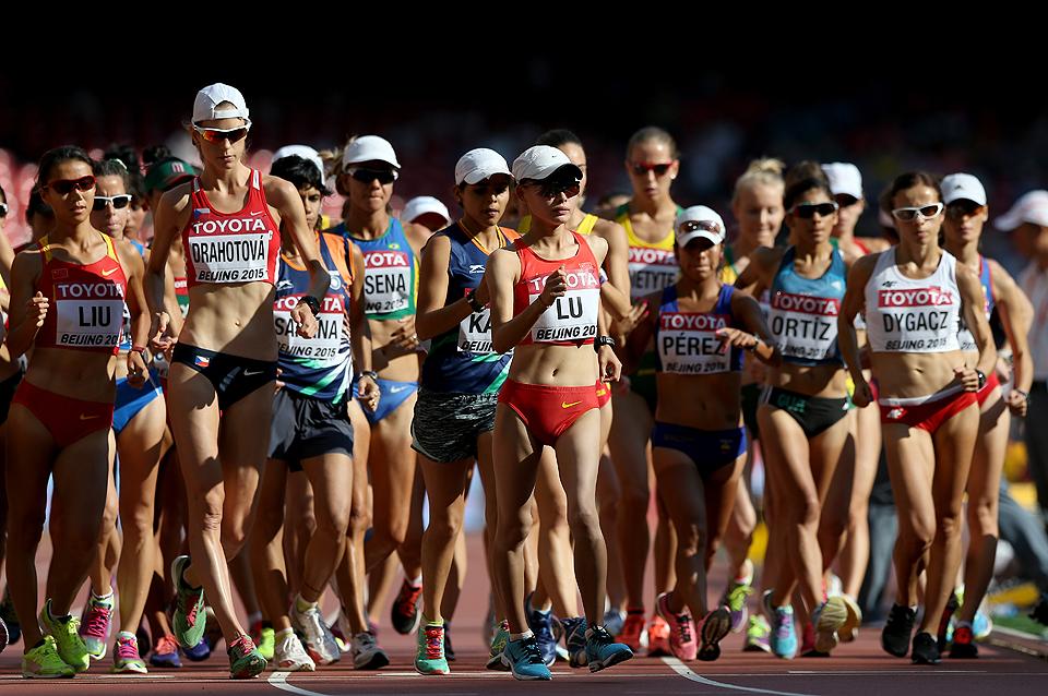 Gambar yang menunjukan para atlit yang sedang mengikuti perlombaan jalan cepat