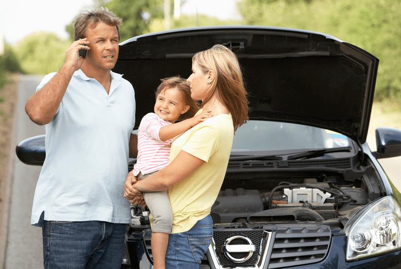 Gambar ini menunjukkan sekeluarga sedang berdiri di depan Mobil dengan kap terbuka