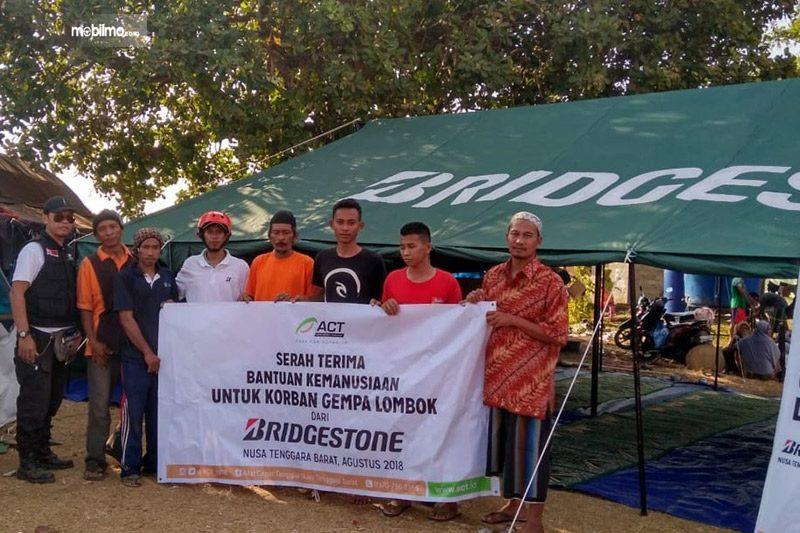 foto penyerahan bantuan korban gempa Lombok dari Bridgestone