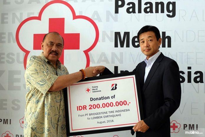 Foto penyerahan bantuan dana buat korban gempa Lombok