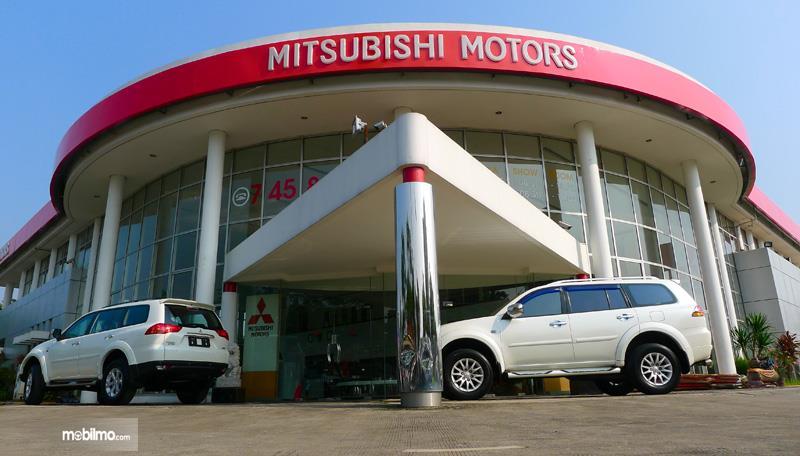 Gambar yang menunjukan salah satu diler Mitsubishi yang ada di Indonesia