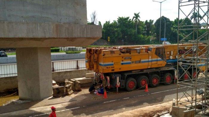 Gambar yang menunjukan mobil yang sedang mengerjakan pembangunan jembatan Tol Cikampek